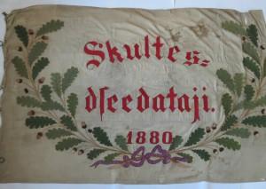 """Skultes kora """"Skultes dziedātāji"""" karogs. Averss"""