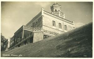 Skats uz Jauno pili pēc pārbūves darbiem. Redzams, ka pils tornis paaugstināts, likvidētas pili apņemošās verandas, ziemeļu sienas 2. stāvā piebūvēts balkons. Ap 1940. gadu.