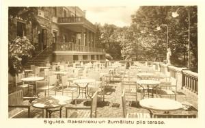 Skats uz jaunuzbūvēto terasi un 2. stāva balkonu pils ziemeļu pusē pēc rekonstrukcijas darbiem. Kr. Vībura foto, 1937. gads.