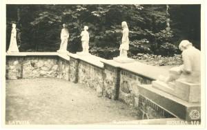 Skulptūras uz terases pie austrumu sienas. Ap 1939. gadu.