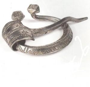 Grezna sudraba pakavsakta ar ornamentētu loku un zoslu, atrasta 39. uzkalniņkapā X Viskrievijas arheoloģiskā kongresa paraugizrakumos pie Turaidas Pūteļiem. Glabājas Latvijas Nacionālajā vēstures muzejā