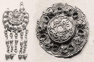 Viskrievijas X arheoloģisko kongresa izstādes katalogā iekļautas 28 senlietas no Siguldas, Allažu un Krimuldas apkārtnes. Divas no tām ir ažūras saktas, kas atrastas 1820. gadā Krimuldā, arot zemi