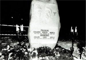 Piemineklis Zaļkalnu dzimtai Allažu kapos. 1985. gada 25. septembris