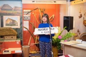 Turaidas muzejrezervāta galvenā krājuma glabātāja Līga Kreišmane demonstrē muzejrezervāta krājuma priekšmetu, kas tiks eksponēts kopizstādē, kā viens no pieciem laikmetu raksturojošiem objektiem.