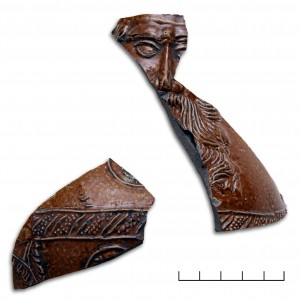 Turaidas pilī atrastas lauskas no bārdainā vīra krūzes, kas izgatavota Ķelnē 16. gs. otrajā trešdaļā. Agra Tabaka. foto