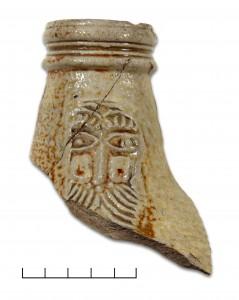 Turaidas pilī atrastas lauskas no bārdainā vīra krūzes, kas izgatavota Frehenē 17. gs. Agra Tabaka. foto