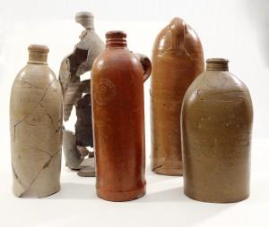 Turaidas pilsdrupās atrastās 18. gs. beigu un 19. gs. minerālūdens pudeles (Naura Daiņa foto)