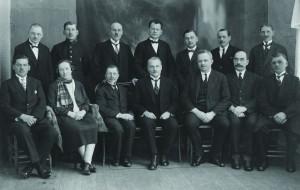 Siguldas pilsētas I dome. 1928. gads Sēž no kreisās: H. Billis, E. Krūmiņa, P.Blaus, pilsētas domes priekšsēdētājs A. Krūmiņš, pilsētas galva O. Vīksniņš, Vīksna, K. Simansons. Stāv no kreisās: Roze - Rozītis, J. Osītis, Skujiņš, J. Zuze, R. Gailītis, Krastiņš, M. Vītols.