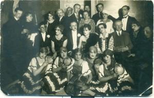 """Fotogrāfija. Siguldas teātra aktieri pēc F. Ertneres iestudētās izrādes """"Mazā kafejnīca"""".  SM 4580"""