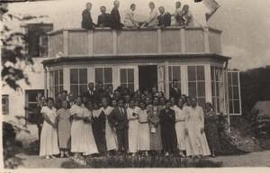 """Kora """"Turaidas dziedonis"""" dalībnieki pie Ābeļkalniem. 20. gs. pirmā puse"""