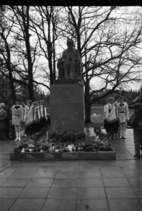 Teodora Zaļkalna veidotā Krišjāņa Barona pieminekļa atklāšana 1985. gada 19. oktobrī Siguldā. Foto no TMR krājuma