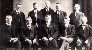 3)Pirmā Latvijas Republikas Pagaidu valdība Liepājā 1919. gada aprīlī. Pirmajā rindā no kreisās: Spricis Paegle (tirdzniecības un rūpniecības ministrs), Miķelis Valters (iekšlietu ministrs), Kārlis Ulmanis (Ministru prezidents), Teodors Hermanovskis (satiksmes un darbu ministrs), Kārlis Kasparsons (izglītības ministrs). Otrajā rindā no kreisās: Jānis Blumbergs (apgādības ministrs), Eduards Strautnieks (tieslietu ministrs), Dāvids Rudzītis (valsts kancelejas direktors), Jānis Zālītis (apsardzības ministrs), Kārlis Puriņš (finanšu ministrs)