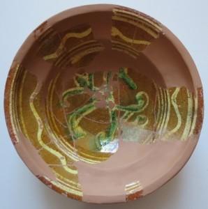 5.Bļoda SM 8028 Sarkanmāla keramikas bļoda, 18. gs. Atrasta fragmentāra 1977. gada Turaidas pils arheoloģisko izrakumu II laukuma būvgružos. Restaurējusi Jana Lībiete 2018. gadā