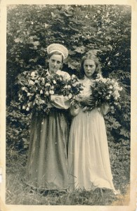 1.Fotogrāfija TMR 28558 Agrīte Krauja iesvētību dienā pašas darinātajā tautas tērpā. 1943. gada 1. augustā