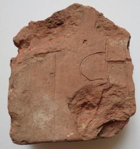4.Ķieģeļa atlūza TMRplg 9194 14. – 15. gs. ķieģeļa atlūza ar ievilktu līniju zīmējumu