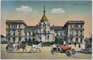 Dzelzceļa galastacija Rīga, tolaik saukta par Daugavpils staciju. Uzbūvēta 1861. gadā, nojaukta 1959.–1961. gadā, lai atbrīvotu vietu tagadējai Rīgas galvenās stacijas ēkai.  Stacijas priekšā esošā Pateicības kapela celta 1889. gadā, pēc cara Aleksandra III un viņa ģimenes izglābšanās atentātā. Tā nojaukta 1925. gadā.  Priekšplānā redzamais zirgu pajūgs un automobilis attēlā iekombinēti ar fotomontāžas palīdzību. Fotografēšanas brīdī stacijas priekšā tie nav atradušies. Pastkarte. 20. gadsimta sākums.