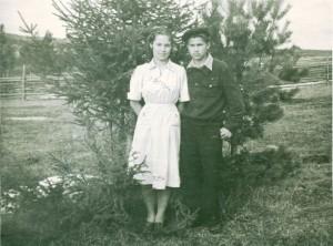 Zinta Blumberga ar draugu savas mātes šūtajā kleitā 1956. gadā