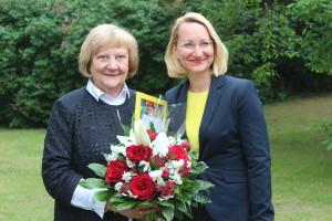 Turaidas muzejrezervāta direktore Anna Jurkāneun kultūras ministre Dace Melbārde Muzeju Gada balvas pasniegšanas ceremonijā 2019. gada 24. maijā Daugas muzejā