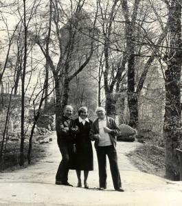 Turaidā kopā ar arheologu Jāni Graudoni un tēlnieku Induli Ranku. 1980to gadu sākums