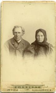 """2)Kārlis un Kristīne Gūtmaņi, Inciema """"Miču"""" māju saimnieki. 19. gadsimta beigas. Turaidas muzejrezervāts"""