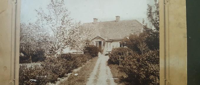 """3)Jaunķempju pagasta """"Slaveļu"""" mājas 19. gadsimta beigas. Jura Strantes ģimenes arhīvs"""