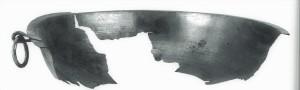 """Bronzas bļoda no Turaidas Pūteļu kapulauka apbedījuma, 7. kaps. Aizvēstures muzejs, Berlīne. Attēls no I. Virzes grāmatas """"Latvijas arheoloģisko senlietu kolekcijas Vācijas muzejos"""", 2011"""