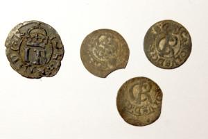 2019. gada Turaidas baznīckalna izrakumos iegūtās monētas. Pirmais no kreisās - 16. gadsimta otrās puses Johana III Tallinā kalts Livonijas šiliņš un trīs Kārļa XI 17.gadsimta otrās puses Livonijas šiliņi