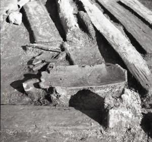 Turaidas pils 1989. gada izrakumos atsegta grebta mulda koka celtnes malā (TMR foto)