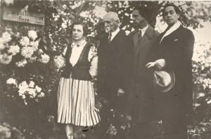 """Pēc pirmizrādes """"Mīla stiprāka par nāvi"""" 1927. gada 12. oktobrī Turaidas Rozes piemiņas vietā viesojas Dailes teātra aktrise Emīlija Viesture, lugas autors Rainis, aktieris Teodors Lācis un izrādes režisors Eduards Smiļģis"""