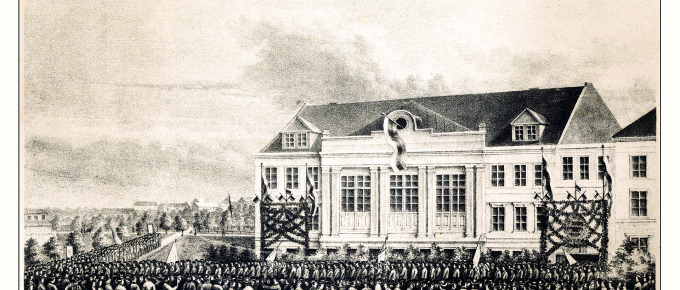 3)Latviešu koru dziedātāju gājiens pie Rīgas Latviešu biedrības nama 1873. gada 28. jūnijā. Kārļa Kronvalda litogrāfija
