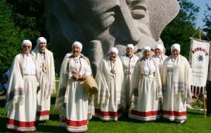 """Viļakas etnogrāfiskais ansamblis """"Abrenīte"""" Dainu kalnā 2009. gadā."""