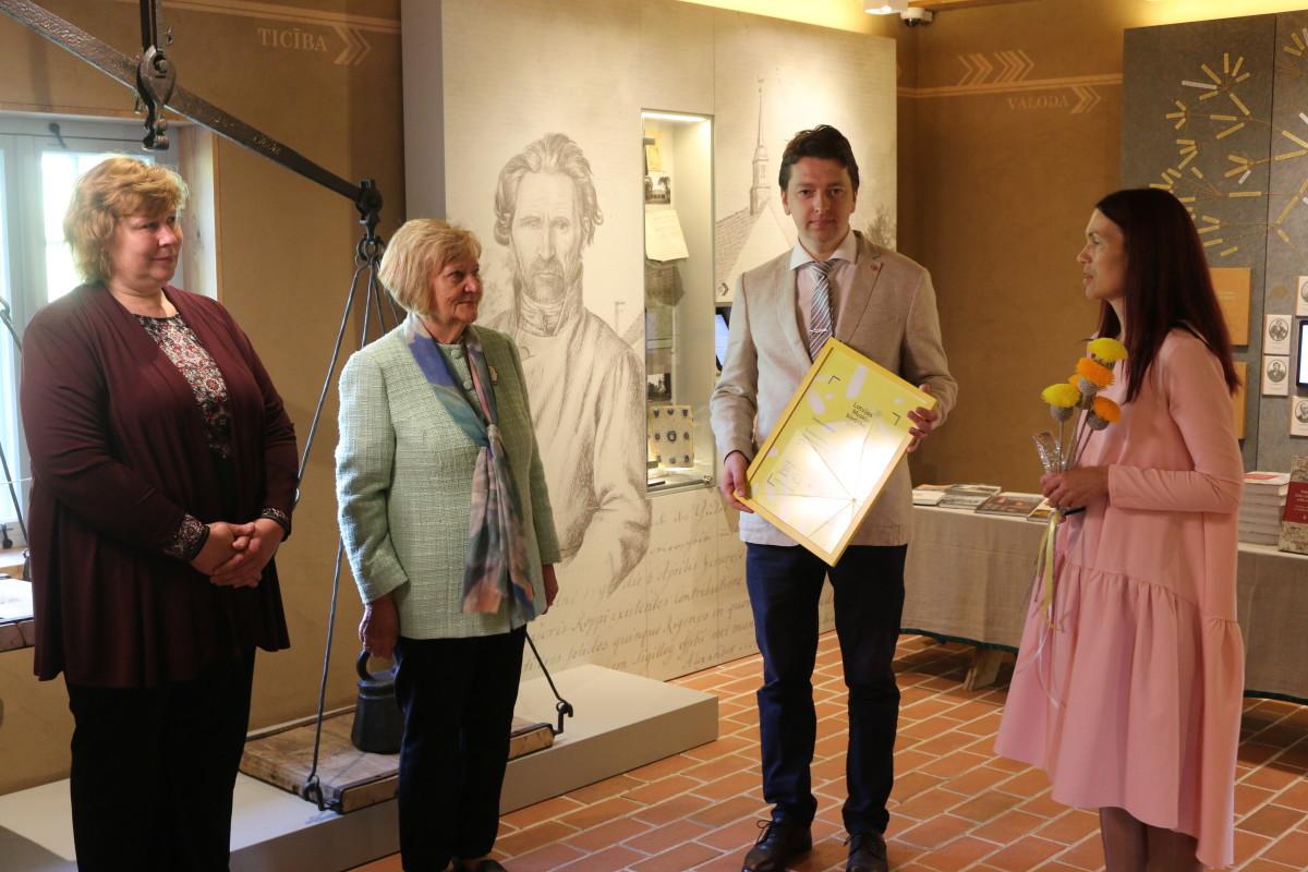 No kreisās: Turaidas muzejrezervāta direktores vietniece zinātniskajā darbā Vija Stikāne, Turaidas muzejrezervāta direktore Anna Jurkāne, Gada balvas žūrijas komisijas loceklis, dr. hist. Jānis Šiliņš, un Latvijas Muzeju biedrības valdes priekšsēdētāja Zane Grīnvalde