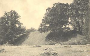 Sateseles pilskalna valnis ap 1910. gadu. Pastkarte. Pretskats no DA. Viens no iespaidīgākajiem Latvijas pilskalnu nocietinājumiem