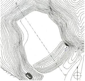 """Sateseles pilskalna uzmērojums no E. Brastiņa grāmatas """"Latvijas pilskalni. Vidzeme."""" Redzama ieeja vaļņa kreisajā pusē – lai uzbrucēji, laužoties uz vārtiem, atsegtu pils aizstāvjiem savu labo, ar vairogu neaizsargāto sānu. Vaļņa vidusdaļā redzamais padziļinājums ir vietā, kur 1212. gadā, uzbrūkot pilij, vācu krustneši parakās zem vaļņa (sīkāk skat. """"Livonijas Indriķa hronika"""" XVI; 4)"""