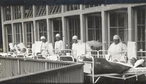 Slimnieki un kopējas Krimuldas Sarkanā krusta kaulu tuberkulozes sanatorijā. 20. gadsimta 20. gadi