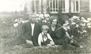 """Turaidas pagasta jaunsaimnieki Pēteris un Matilda Pētersoni ar dēlu Uldi savas jaunsaimniecības """"Krauju"""" dārzā. 20. gadsimta 30. gadi"""