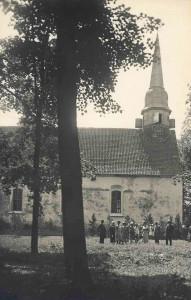 Siguldas baznīcas rietumu daļa ar senāko koka tornīti, skats no Z. Fotogrāfs nezināms, ap 1926. gadu