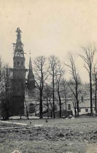 Siguldas baznīcas jaunā torņa būve. Tam blakus – vēl nenojaukts vecais tornītis. Skats no D. Siguldas fotogrāfa O. Lesiņa foto, 1930. gadu