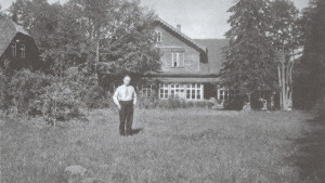 Viktors Eglītis pie dzīvojamās mājas Inciemā. 20. gs. 20. gadi