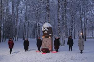 Teodoram Zaļkalnam veltītais piemineklis Siguldā. Atceres brīdis viņa dzimšanas dienā 2020. gada 30. novembrī