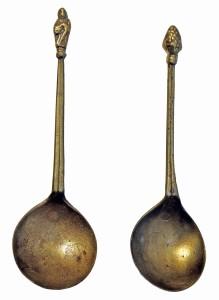 Turaidas pilī atrastas 17. gs. misiņa karotes. Agra Tabaka foto