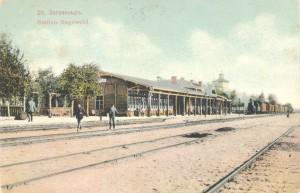 Pirmā dzelzceļa stacijas ēka Siguldā pēc pārbūves – palielināšanas. Skats no DR, no Rīgas puses. Pastkarte ap 1910. gadu