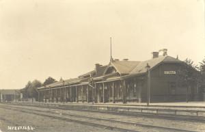 Pirmā dzelzceļa stacijas ēka Siguldā. Skats no DA, no Līgatnes puses. Pastkarte ap 1907. gadu