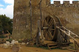 Būvniecības rata rekonstrukcija dzīvē. Fotoattēls, Gedelonas pils (Château de Guédelon), Francija