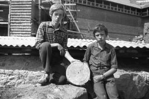 2)Aina no arheoloģiskajiem izrakumiem 1981.gadā, no kreisās puses: skolnieki, arheoloģisko izrakumu dalībnieki Pēteris Salmanis un Ilgvars Mačkalanovs