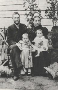 Pagasta rakstvedis un rakstnieks Ezerietis, īstajā vārdā Kārlis Augenbergs (1869–1923) ar sievu Minnu, kā arī meitiņām Austru un Mirdzu Lēdurgā ap 1900.gadu.  Foto no Latvijas Nacionālās bibliotēkas krājuma