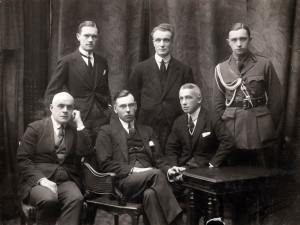 Латвийская делегация в Париже после получения решения Верховного Совета союзников о признании Латвии де-юре 26 января 1921 года. В первом ряду слева: Микелис Валтерс, Зигфрид Анна Мейеровитс, Янис Лаздиньш. Во втором ряду слева: Oльгерд Гроссвальд, Георг Бисениекс, Янис Тепферс.