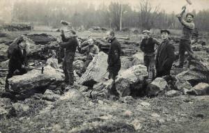 Allažu šūnakmens lauztuve, 20. gadsimta 30tie gadi. Strādnieki pozē fotogrāfam, skaldot akmeņus. Fotogrāfs nezināms