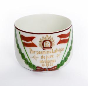 Чашка-сувенир в честь признания Латвии де-юре. 1921 год. Музейные фонды Турайдского музея-заповедника.