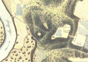 """Siguldas pilsdrupu plāns 19. gadsimta pirmajā pusē. Zīmējis V. Tušs. Krusta kalns no pilsdrupām kreisajā pusē, augšā, jau atbilst mūsdienu izskatam. Kreisajā pusē zem Krusta kalna iezīmētais apaļais paugurs dabā (vairs?) nepastāv. Zīmējumā Gaujas tecējuma virziens norādīts pretējā virzienā. (No """"Livonijas piļu attēli no marķīza Pauluči albuma"""")"""
